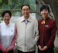 原中共中央政治局常委、全国人大常委会委员长李鹏与西湖国宾馆实习生亲切合影