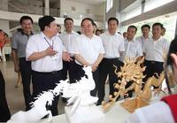 原国家教育部部长周济了解学生雕刻技能的训练情况